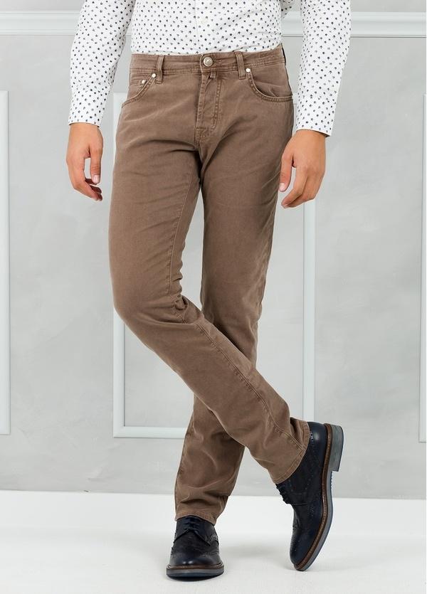 Tejano ligeramente slim fit modelo PW688 color marrón lavado. Algodón gabardina.