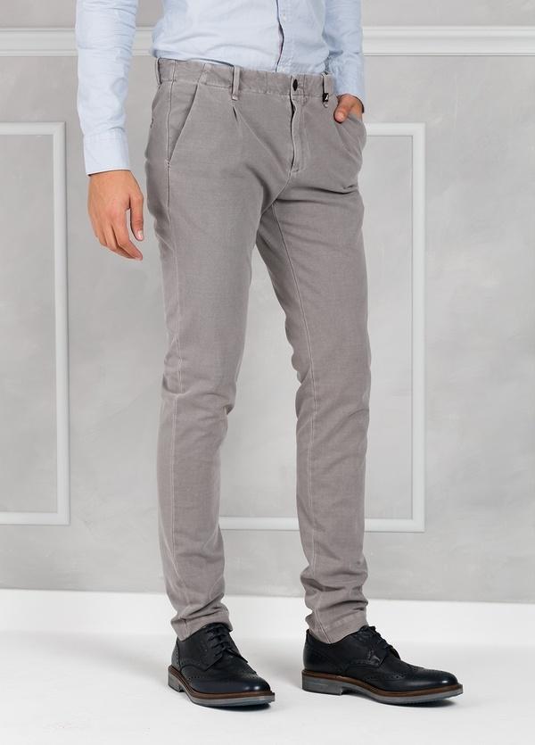 Pantalón sport Slim Fit con pliegues color gris. 93% Algodón 7% Elastano. - Ítem2