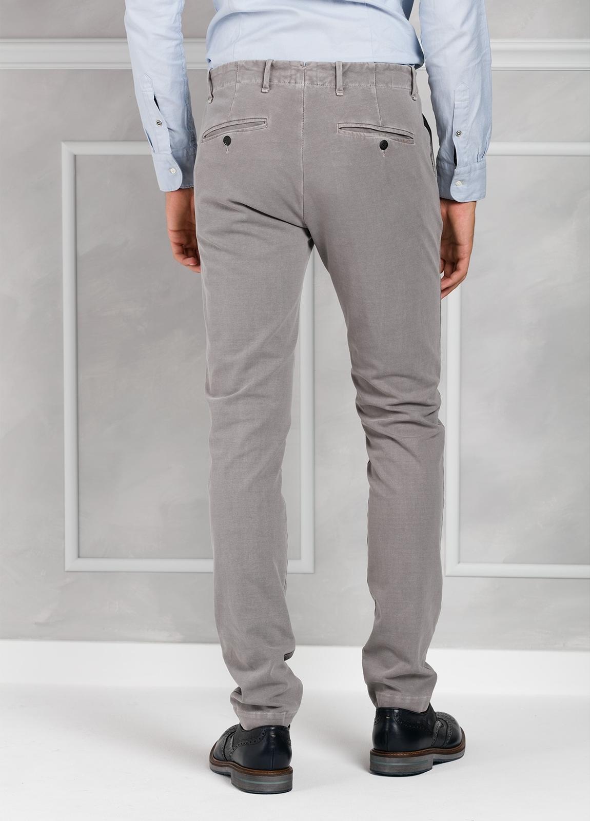 Pantalón sport Slim Fit con pliegues color gris. 93% Algodón 7% Elastano. - Ítem1