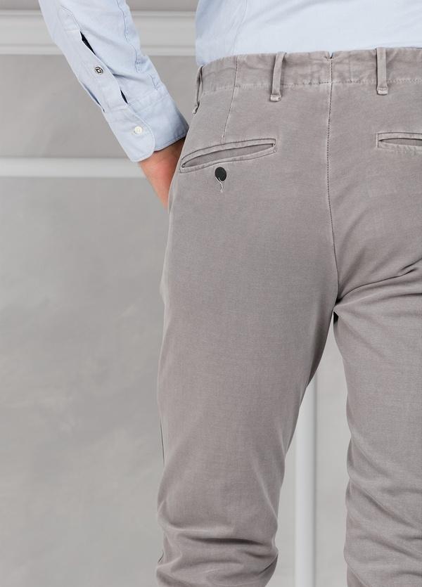 Pantalón sport Slim Fit con pliegues color gris. 93% Algodón 7% Elastano. - Ítem3