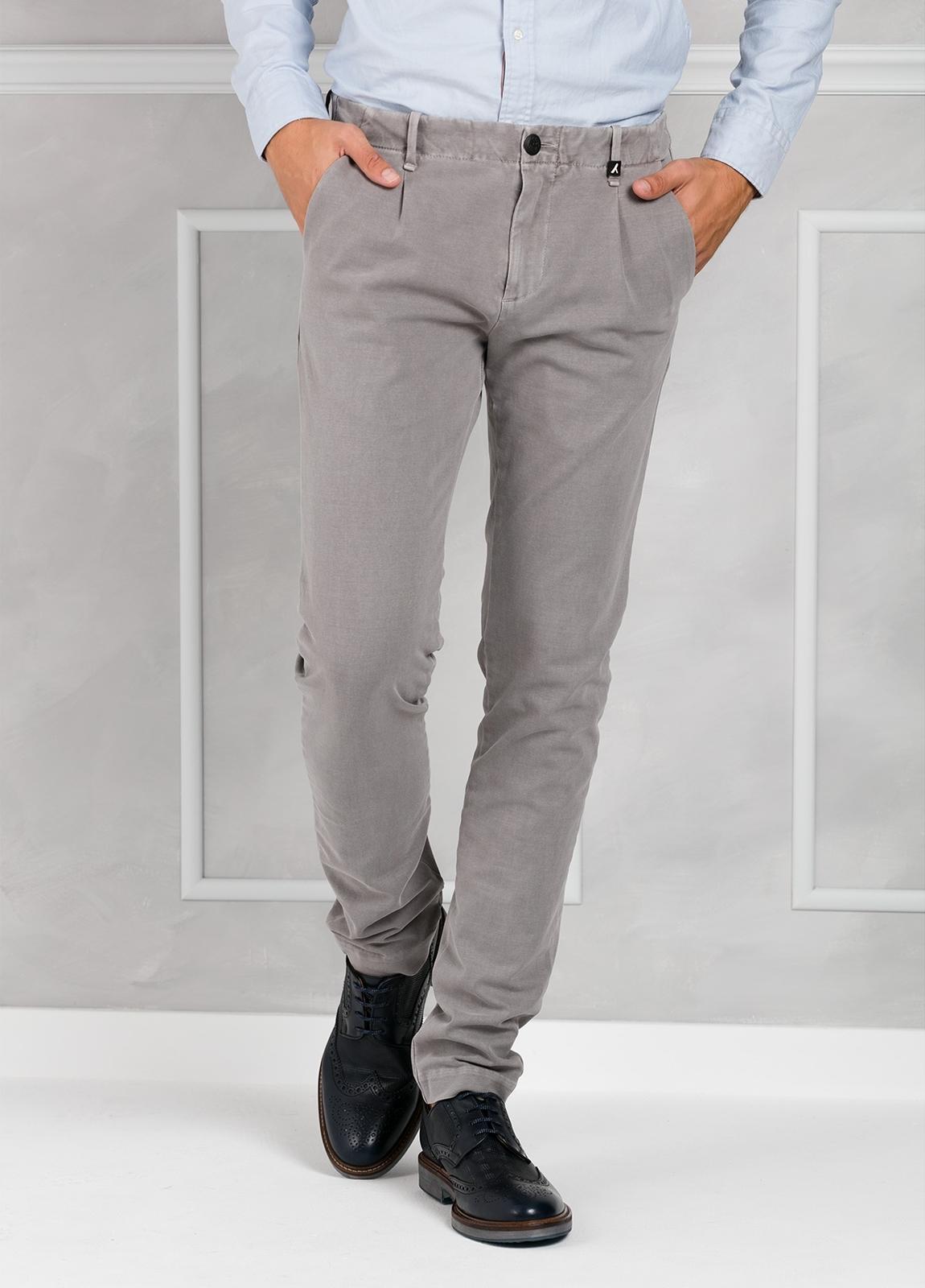 Pantalón sport Slim Fit con pliegues color gris. 93% Algodón 7% Elastano.