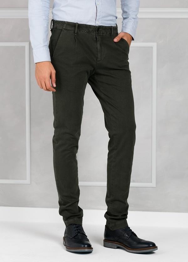 Pantalón sport Slim Fit con pliegues color marengo. 93% Algodón 7% Elastano.