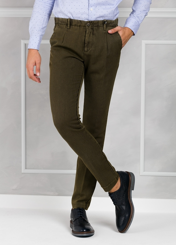Pantalón sport Slim Fit con pliegues color verde oscuro . 100% Lana lavada.