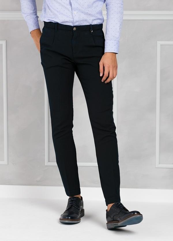 Pantalón sport Slim Fit con pliegues color azul marino. 100% Lana lavada.
