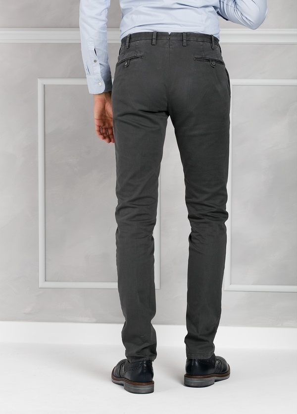 Pantalón sport slim fit color gris oscuro. 98% Algodón 2% Elastano. - Ítem2