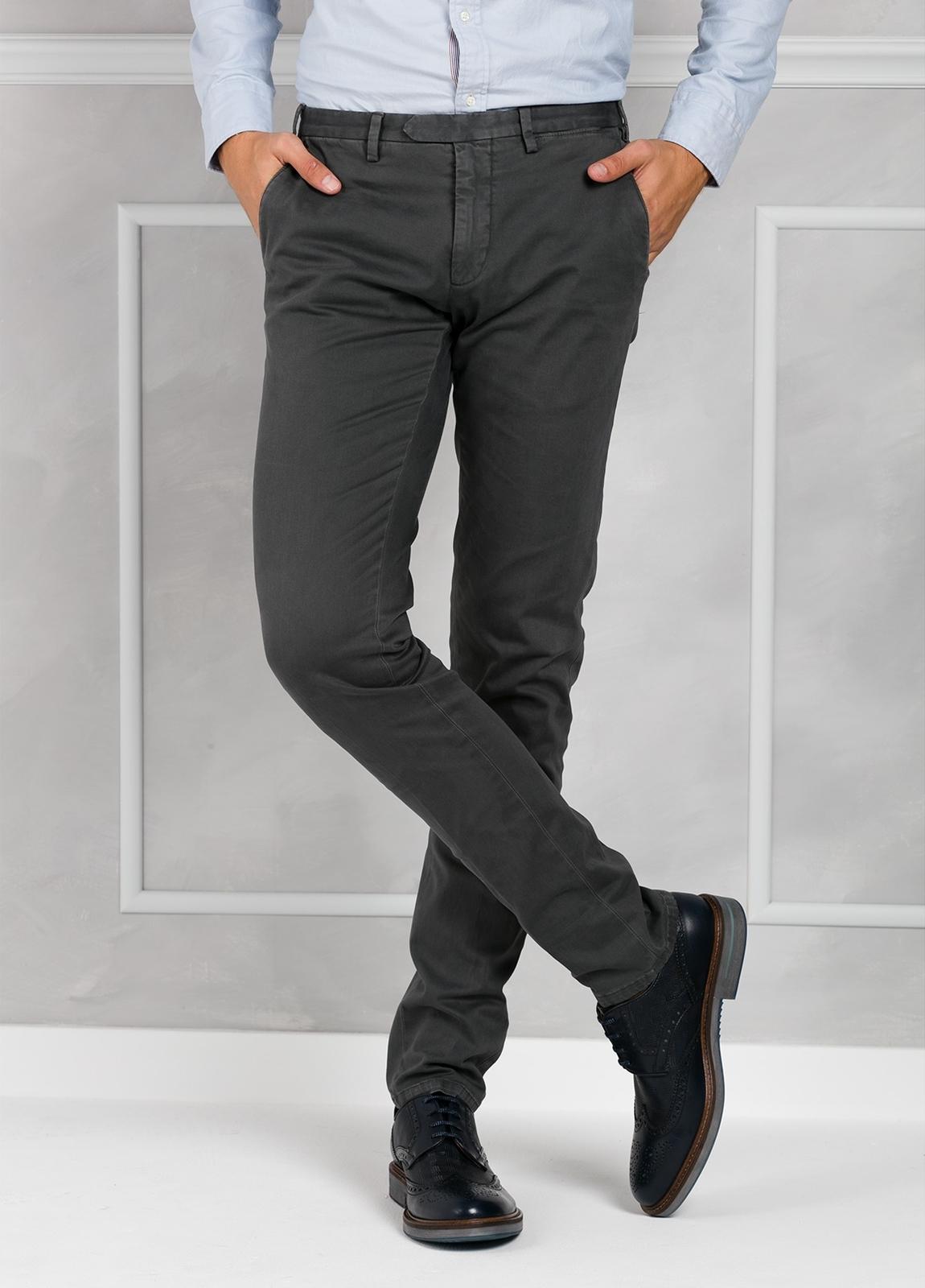 Pantalón sport slim fit color gris oscuro. 98% Algodón 2% Elastano.