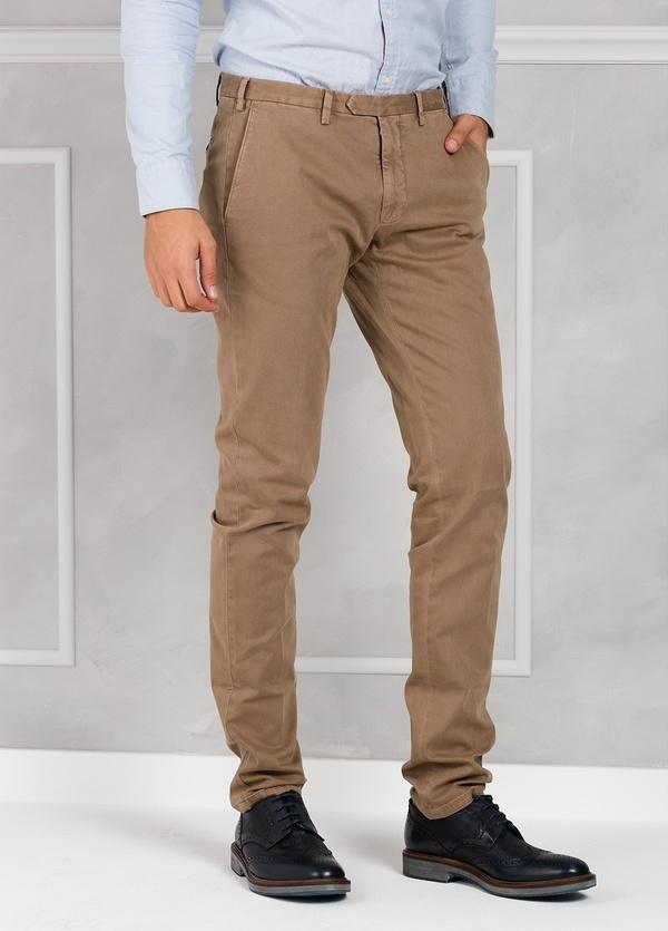 Pantalón sport slim fit color tostado. 98% Algodón 2% Elastano.