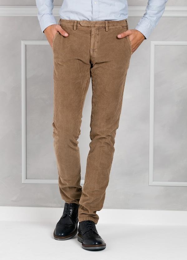 Pantalón sport de pana slim fit color tostado. 98% Algodón 2% Elastano.