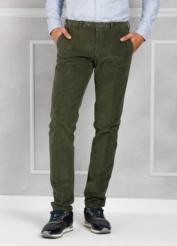 Pantalón sport de pana slim fit color plomo. 98% Algodón 2% Elastano.
