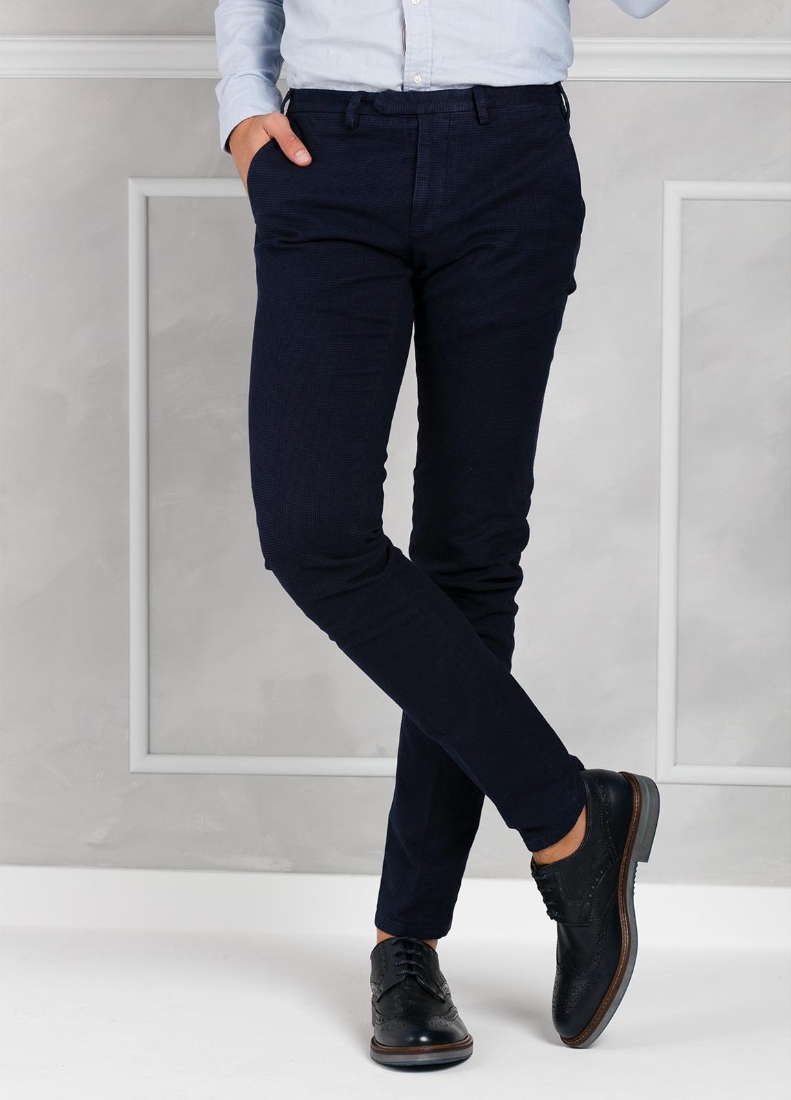Pantalón sport pata de gallo slim fit color azul marino. 98% Algodón 2% Elastano.