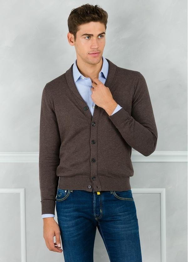 Cárdigan con botones y cuello smoking color marrón. 90% Algodón 10% Cashmere.