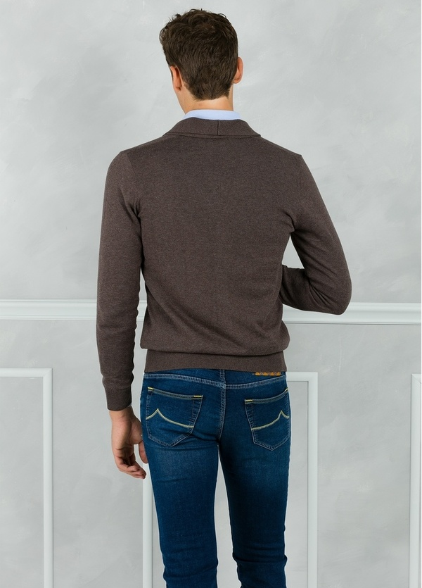 Cárdigan con botones y cuello smoking color marrón. 90% Algodón 10% Cashmere. - Ítem2