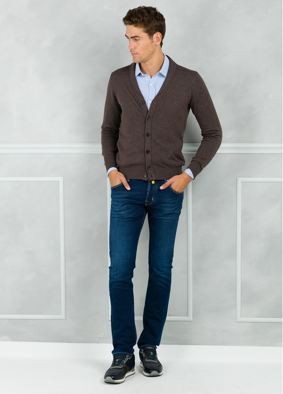 Cárdigan con botones y cuello smoking color marrón. 90% Algodón 10% Cashmere. - Ítem1