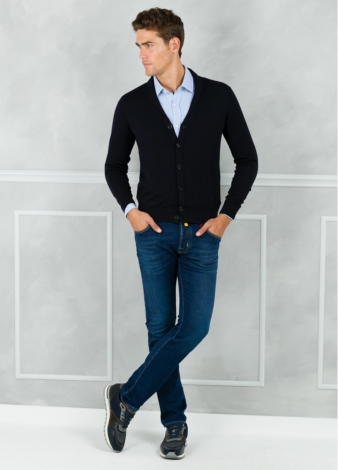 Cárdigan con botones y cuello smoking color azul marino. 90% Algodón 10% Cashmere.