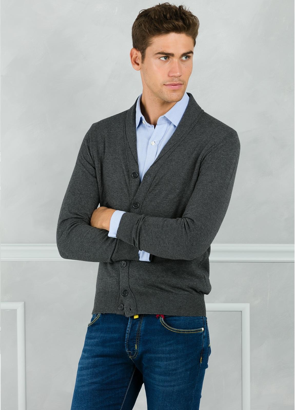 Cárdigan con botones y cuello smoking color gris. 90% Algodón 10% Cashmere.