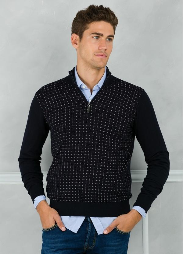 Jersey cuello zip con cremallera y estampado frontal color azul marino. 90% Algodón 10% Cashmere. - Ítem1