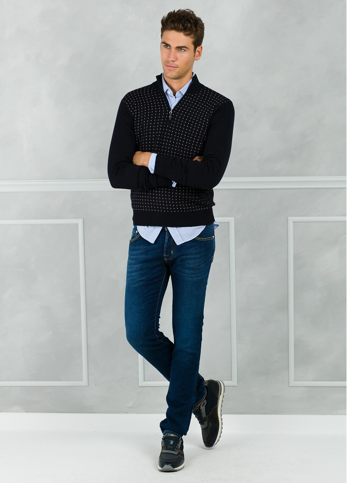 Jersey cuello zip con cremallera y estampado frontal color azul marino. 90% Algodón 10% Cashmere.