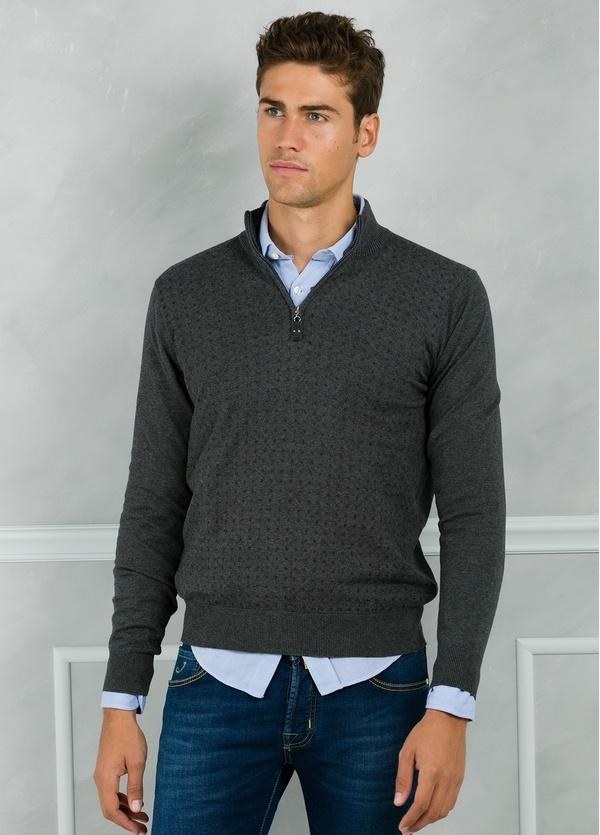 Jersey cuello zip con cremallera y estampado frontal color gris. 90% Algodón 10% Cashmere.