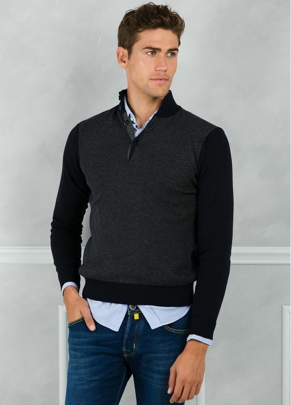 Jersey cuello zip con botones y estampado frontal color azul marino. 90% Algodón 10% Cashmere.