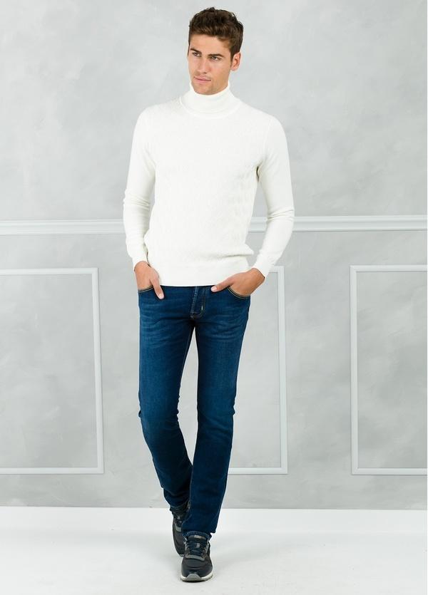 Jersey cuello cisne y dibujo frontal, color crudo. 90% Algodón 10% Cashmere.