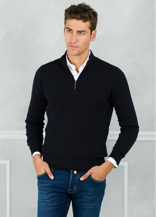 Jersey cuello zip con cremallera y dibujo frontal, color azul marino. 90% Algodón 10% Cashmere.