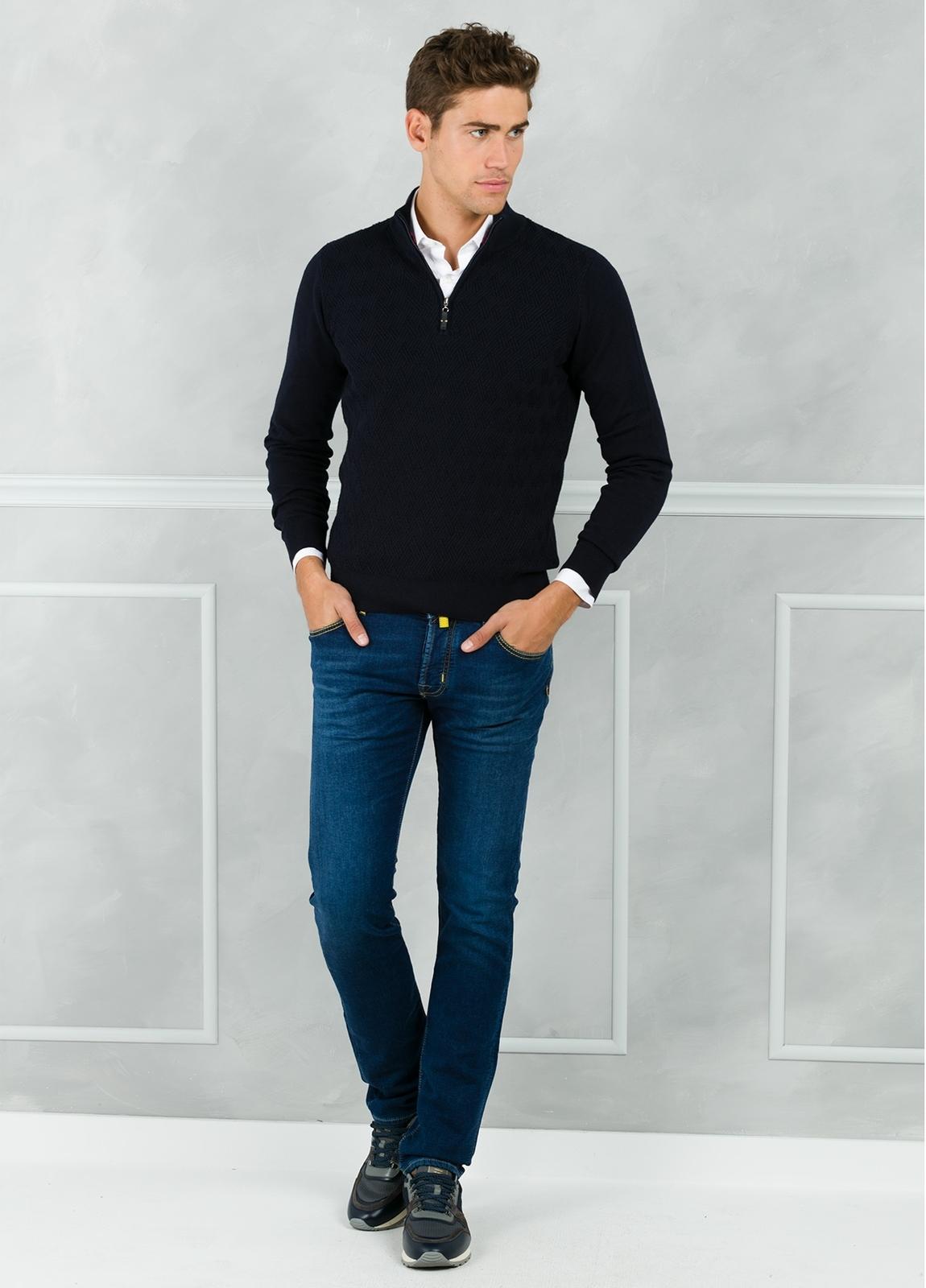 Jersey cuello zip con cremallera y dibujo frontal, color azul marino. 90% Algodón 10% Cashmere. - Ítem2