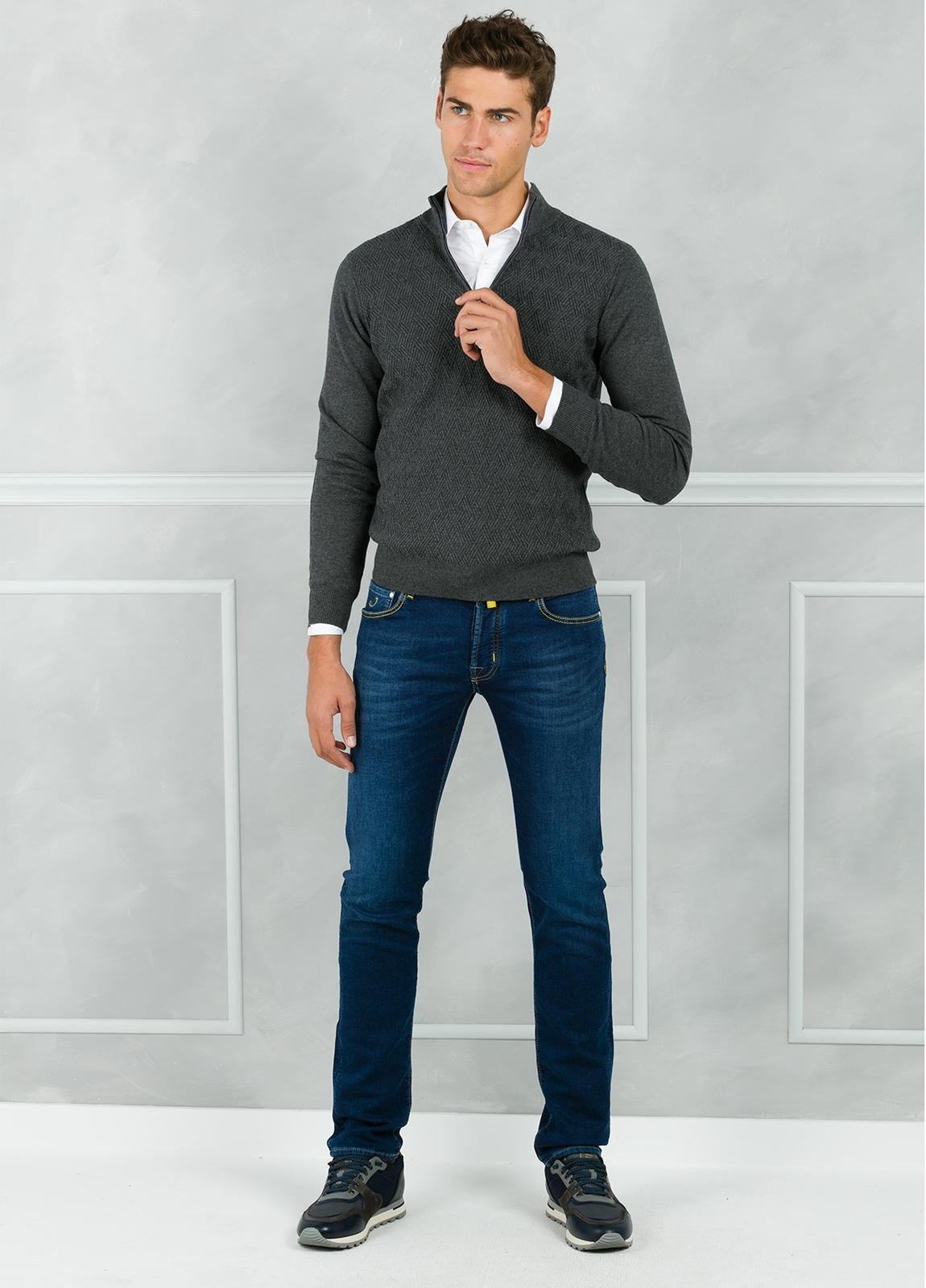 Jersey cuello zip con cremallera y dibujo frontal, color gris. 90% Algodón 10% Cashmere.