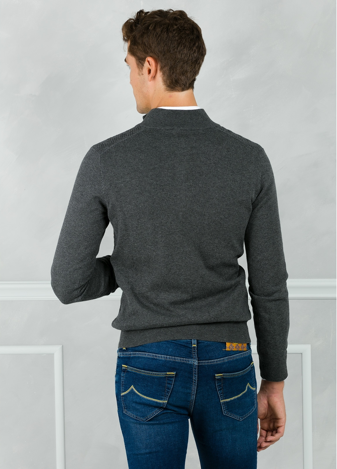 Jersey cuello zip con cremallera y dibujo frontal, color gris. 90% Algodón 10% Cashmere. - Ítem1