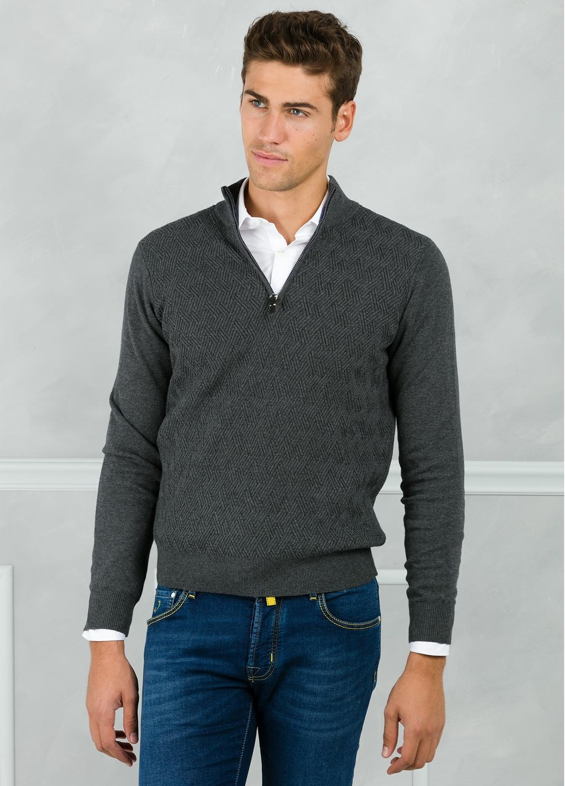 Jersey cuello zip con cremallera y dibujo frontal, color gris. 90% Algodón 10% Cashmere. - Ítem2