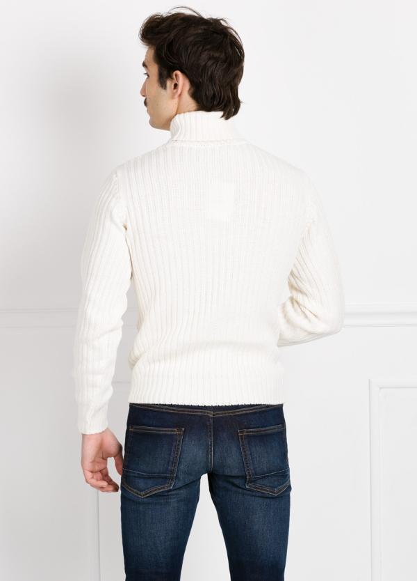 Jersey cuello cisne tejido trenzado y canalé color crudo. - Ítem1