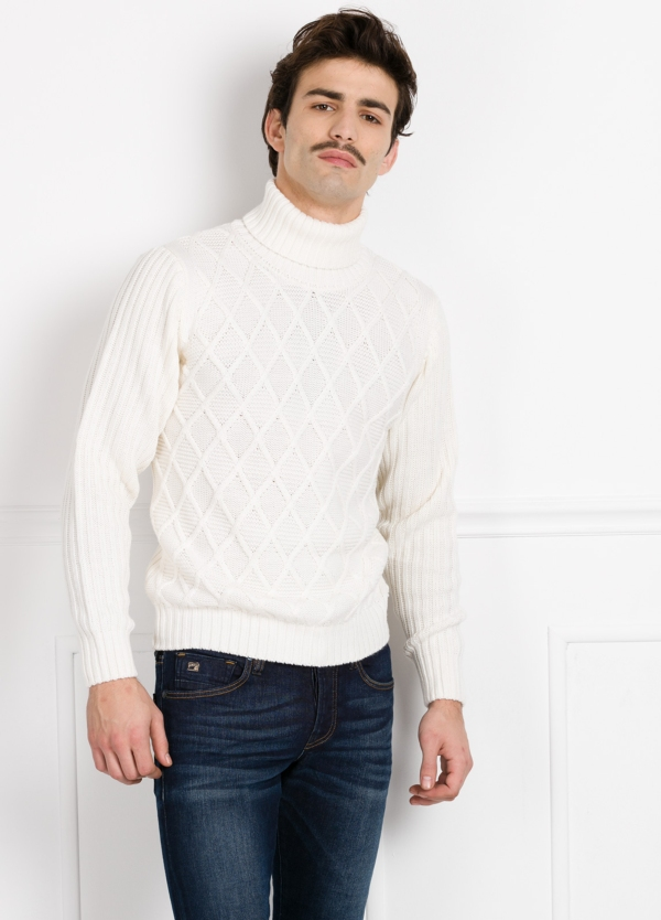 Jersey cuello cisne tejido trenzado y canalé color crudo.