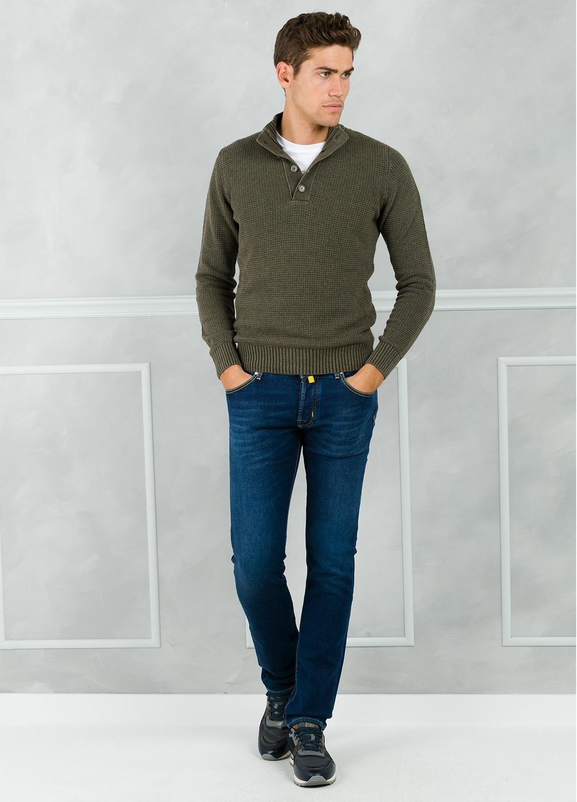 Jersey textura y cuello polo con botones, color kaki. 30% Lana 35% Algodón 35% Acrílico. - Ítem2