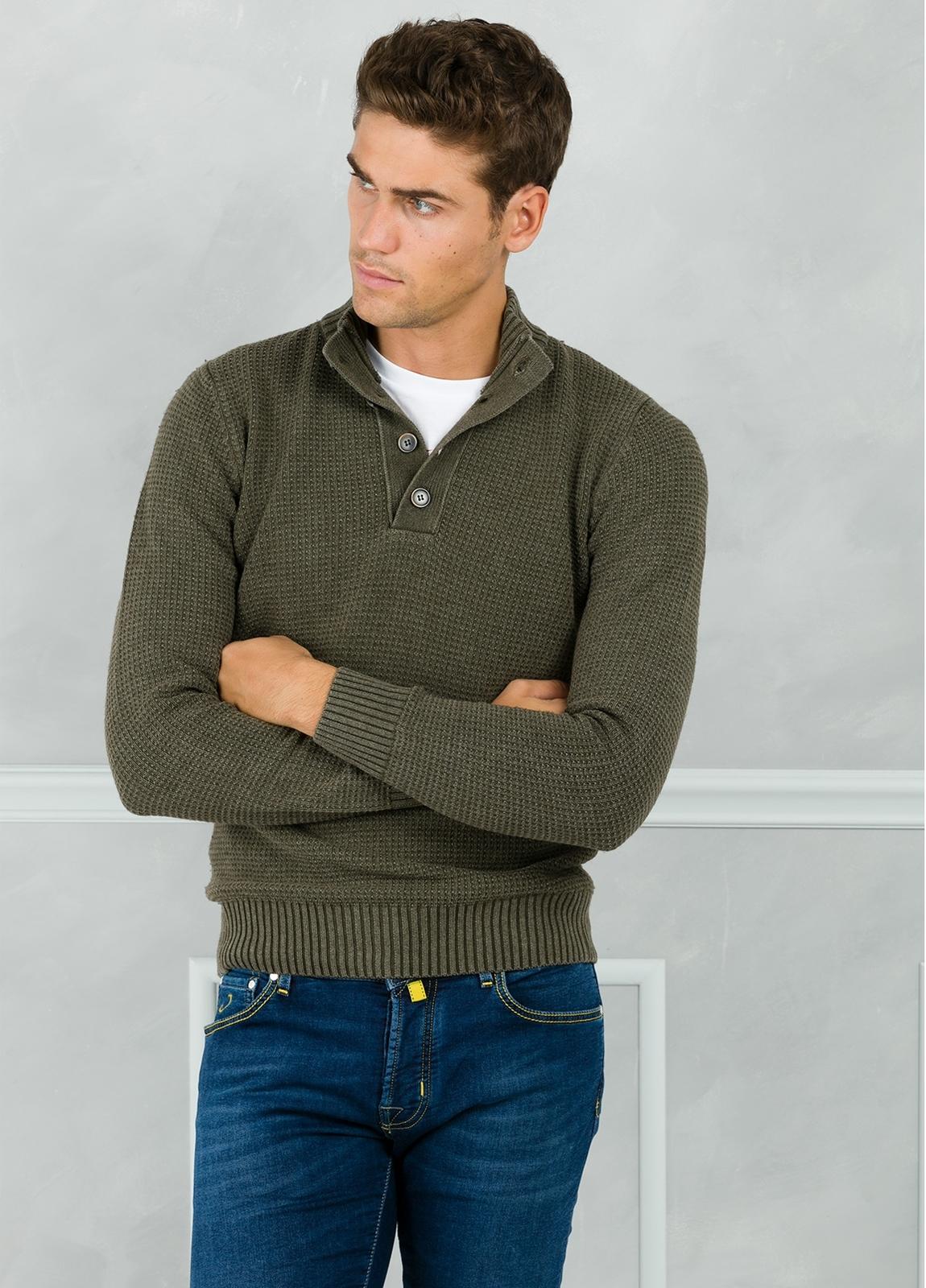 Jersey textura y cuello polo con botones, color kaki. 30% Lana 35% Algodón 35% Acrílico.