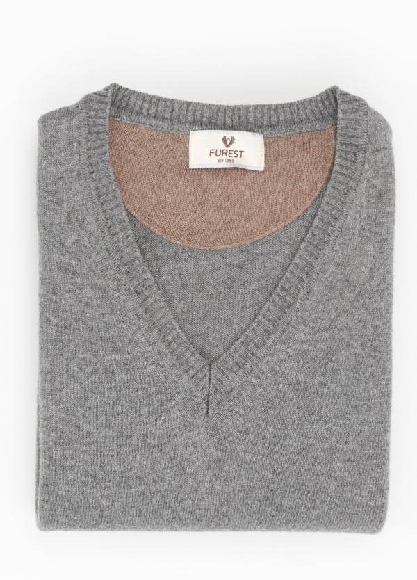 Jersey liso cuello pico color gris, 40% lana merino, 20% viscosa, 10% cachemire - Ítem1