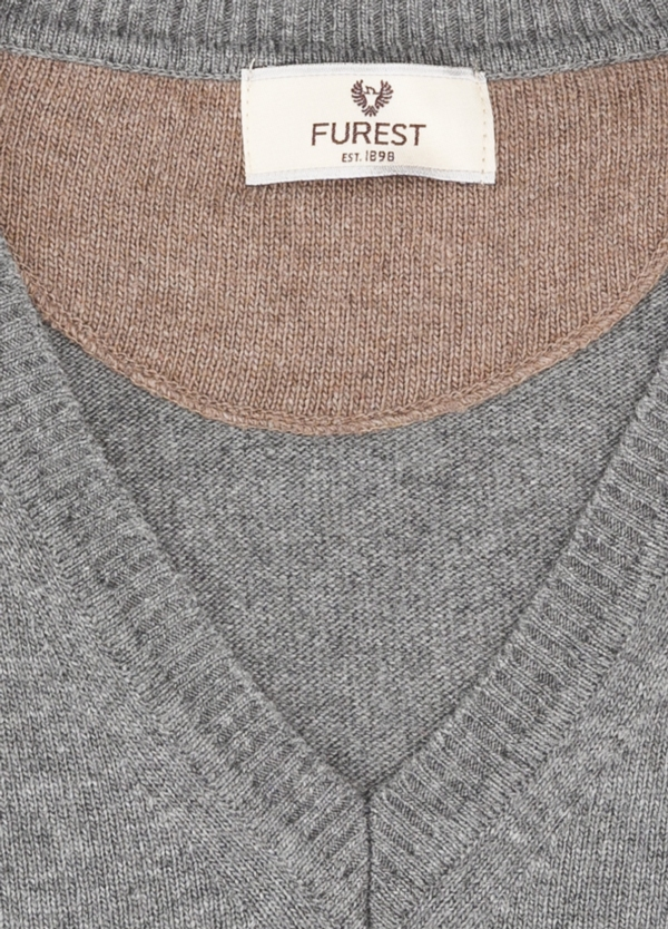 Jersey liso cuello pico color gris, 40% lana merino, 20% viscosa, 10% cachemire