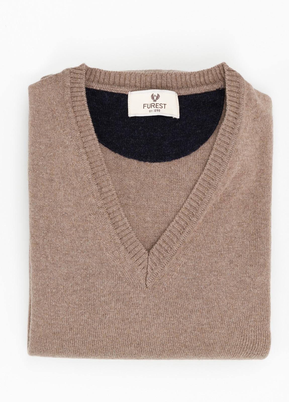 Jersey liso cuello pico color marron, 40% lana merino, 20% viscosa, 10% cachemire - Ítem1