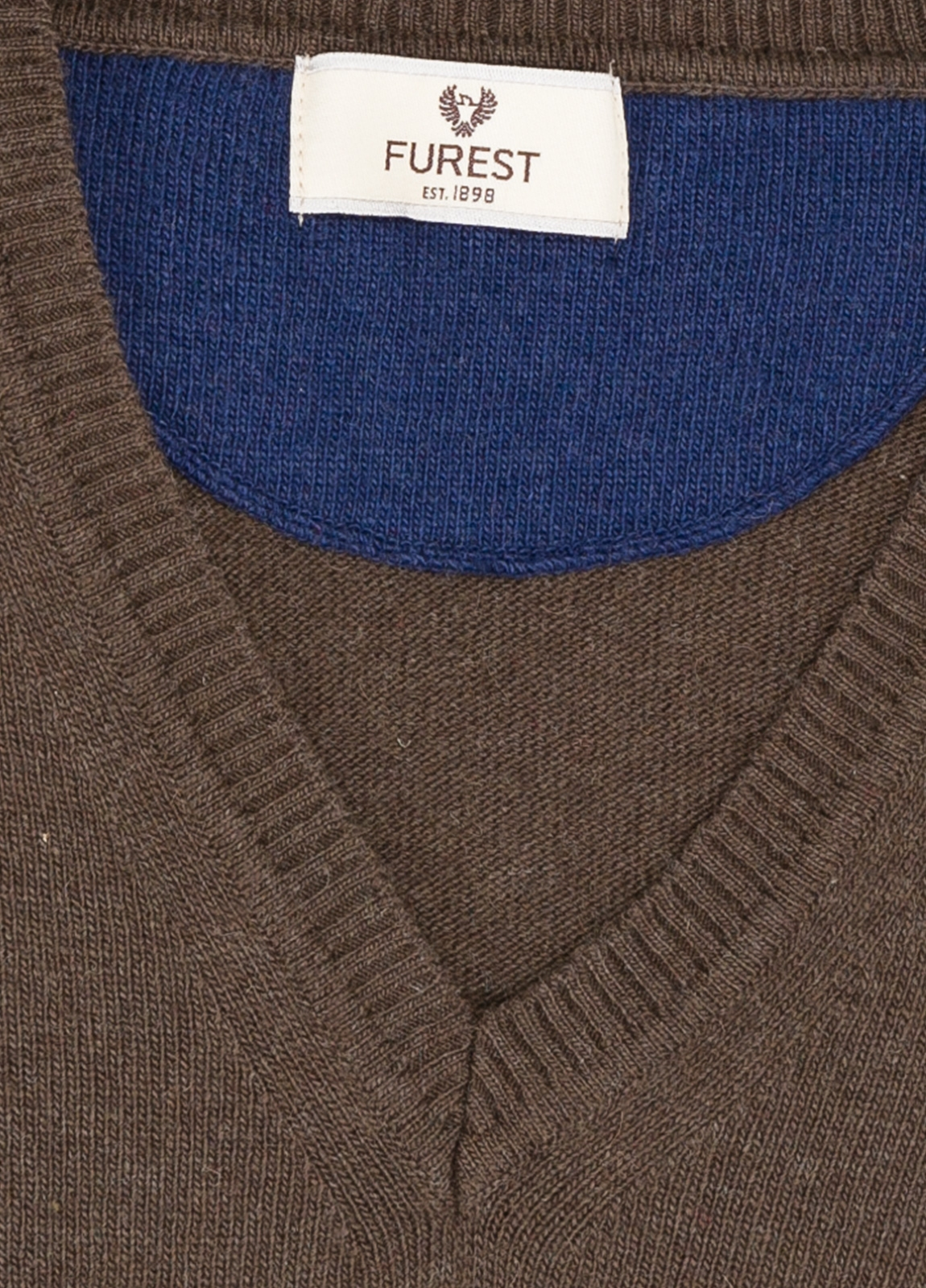 Jersey liso cuello pico color marrón, 40% lana merino, 20% viscosa, 10% cachemire