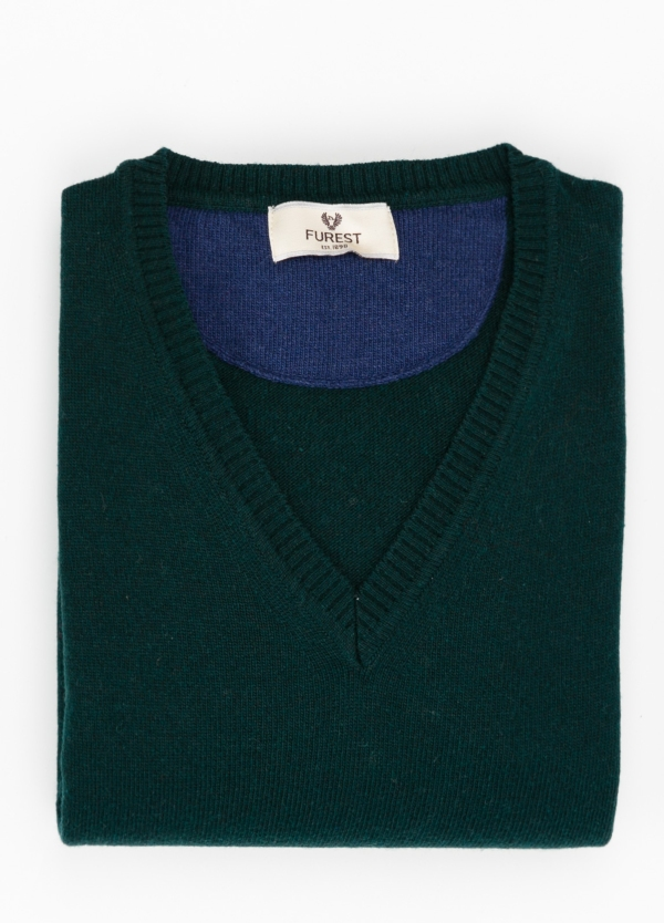 Jersey liso cuello pico color verde botella, 40% lana merino, 20% viscosa, 10% cachemire - Ítem1