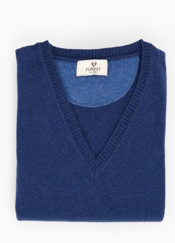 Jersey liso cuello pico color azul medio, 40% lana merino, 20% viscosa, 10% cachemire - Ítem1