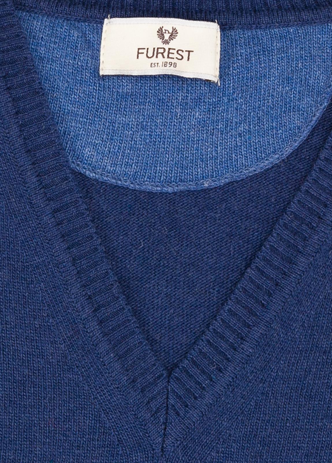 Jersey liso cuello pico color azul medio, 40% lana merino, 20% viscosa, 10% cachemire