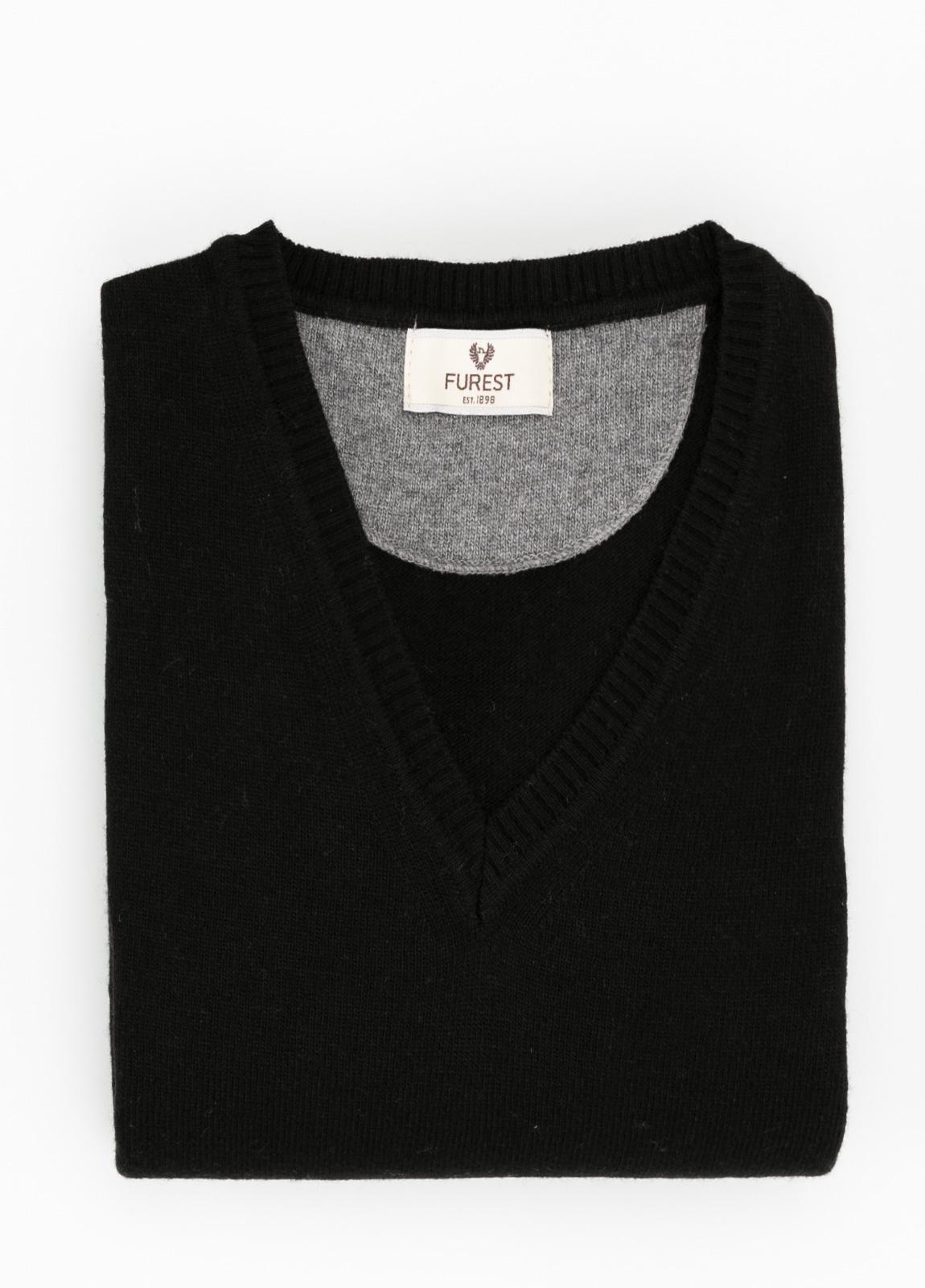 Jersey liso cuello pico color negro, 40% lana merino, 20% viscosa, 10% cachemire - Ítem1