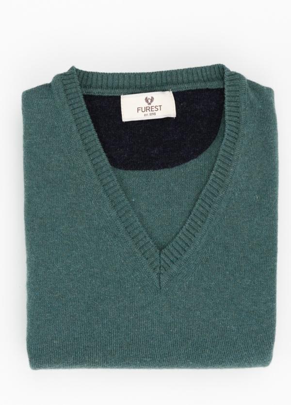 Jersey liso cuello pico color verde, 40% lana merino, 20% viscosa, 10% cachemire 02 - Ítem1