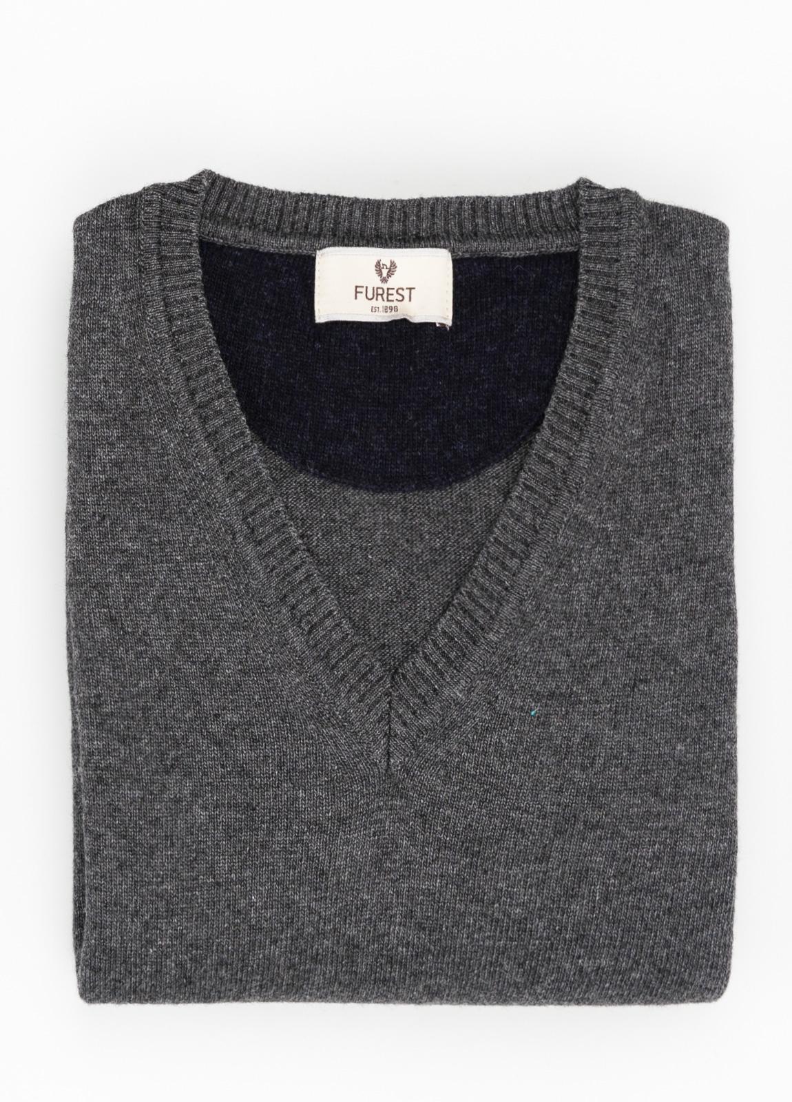 Jersey liso cuello pico color gris marengo, 40% lana merino, 20% viscosa, 10% cachemire - Ítem1