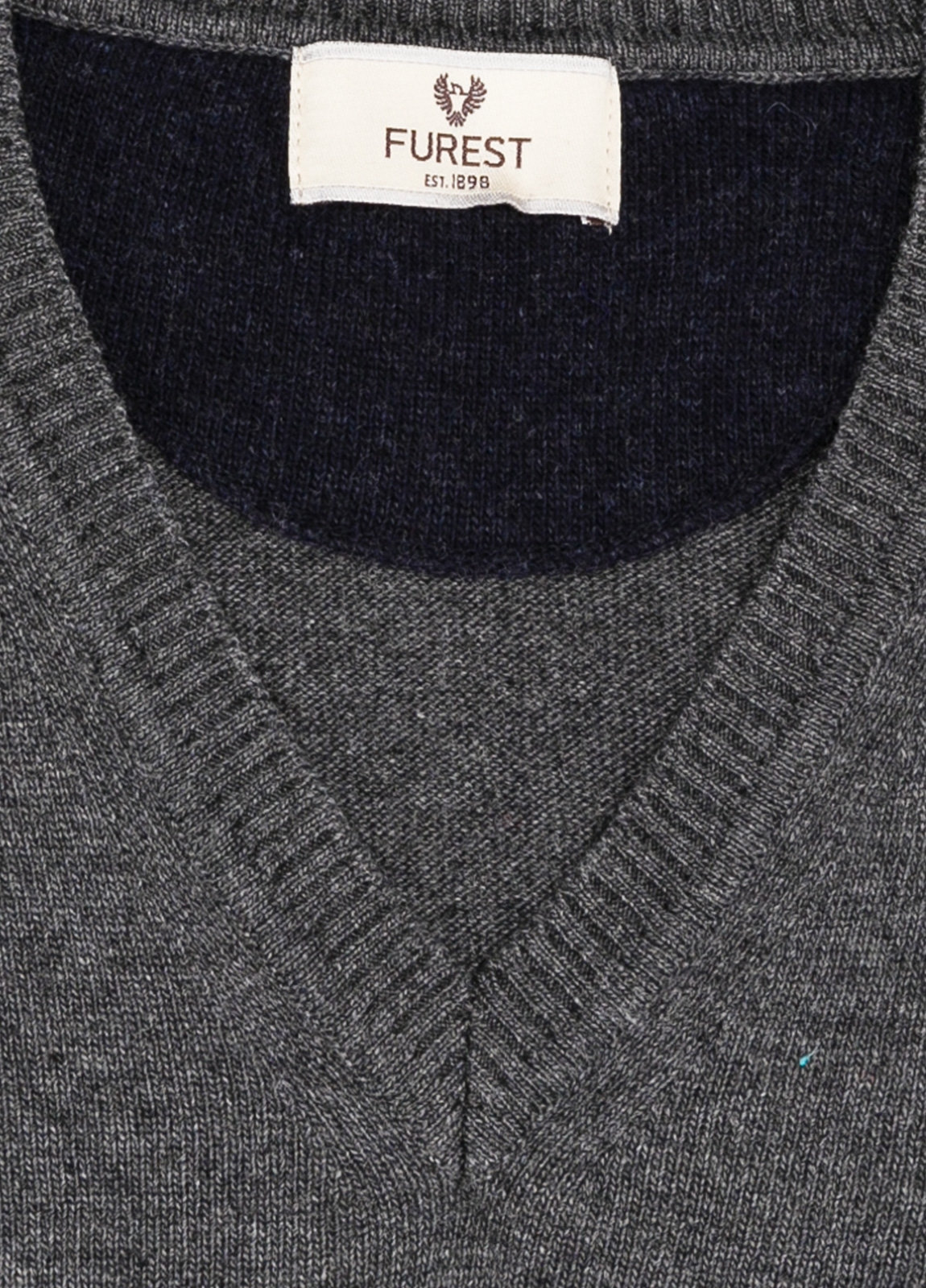 Jersey liso cuello pico color gris marengo, 40% lana merino, 20% viscosa, 10% cachemire