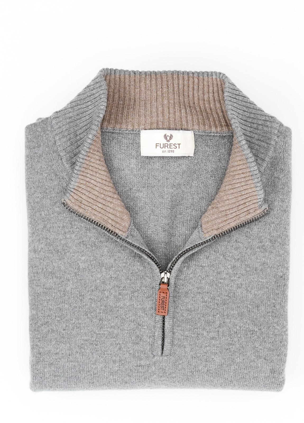 Jersey liso cuello cremallera, color gris medio, 40% lana merino, 30% viscosa, 10% cachemire - Ítem1