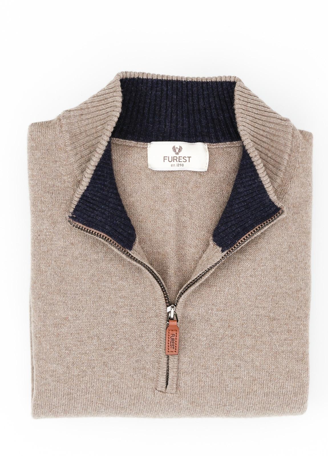 Jersey liso cuello cremallera, color arena, 40% lana merino, 30% viscosa, 10% cachemire - Ítem1