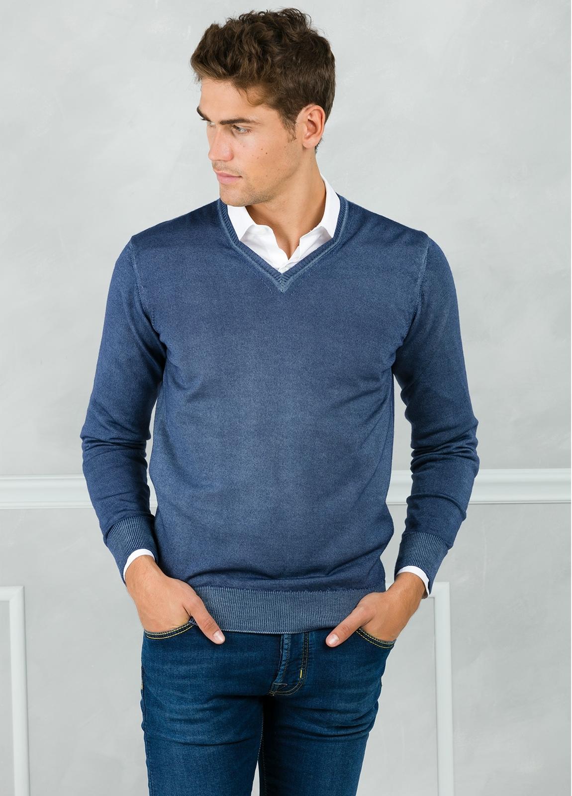 Jersey liso cuello pico, color azul lavado. 100% Lana merino.
