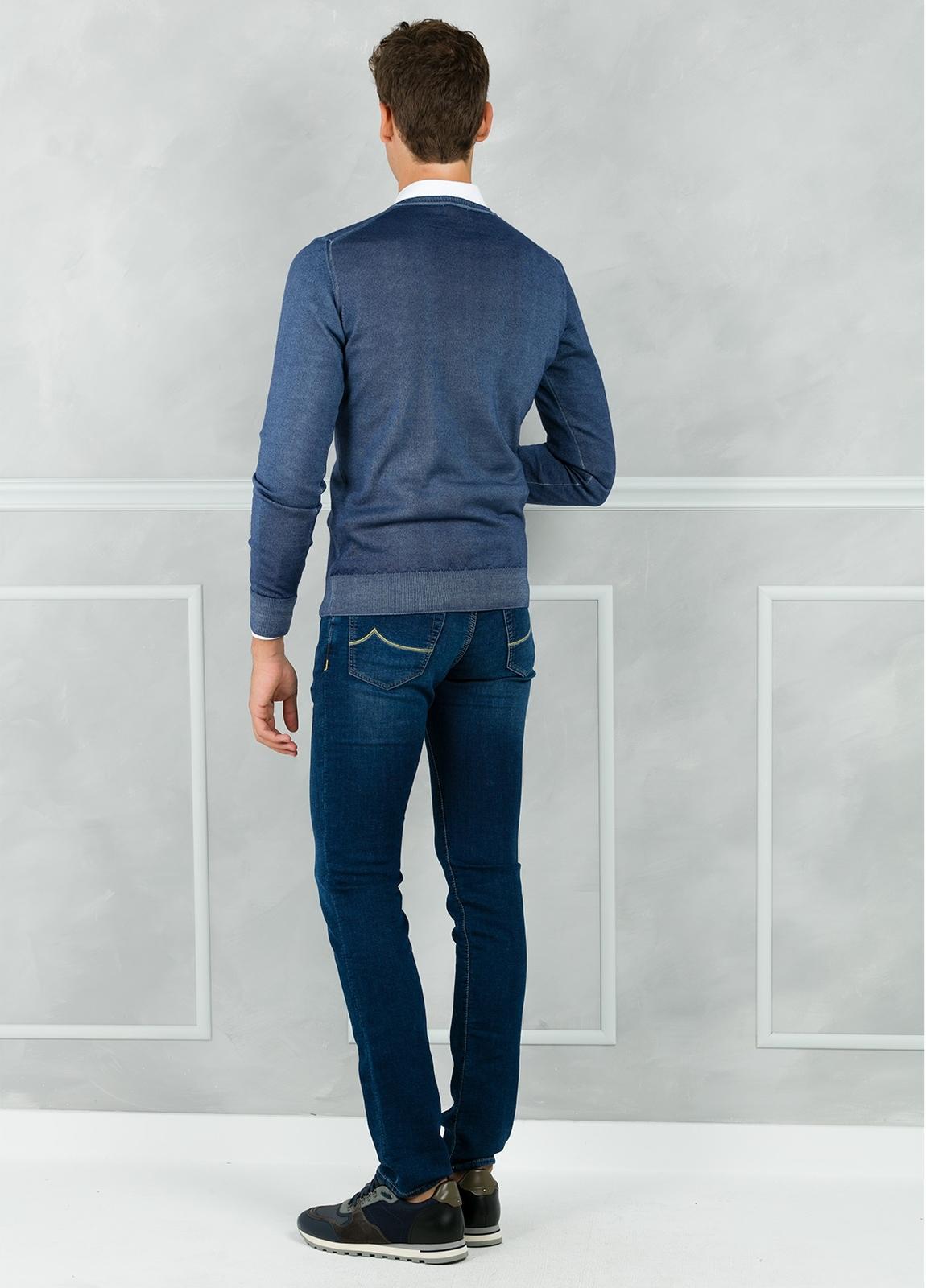 Jersey liso cuello pico, color azul lavado. 100% Lana merino. - Ítem2
