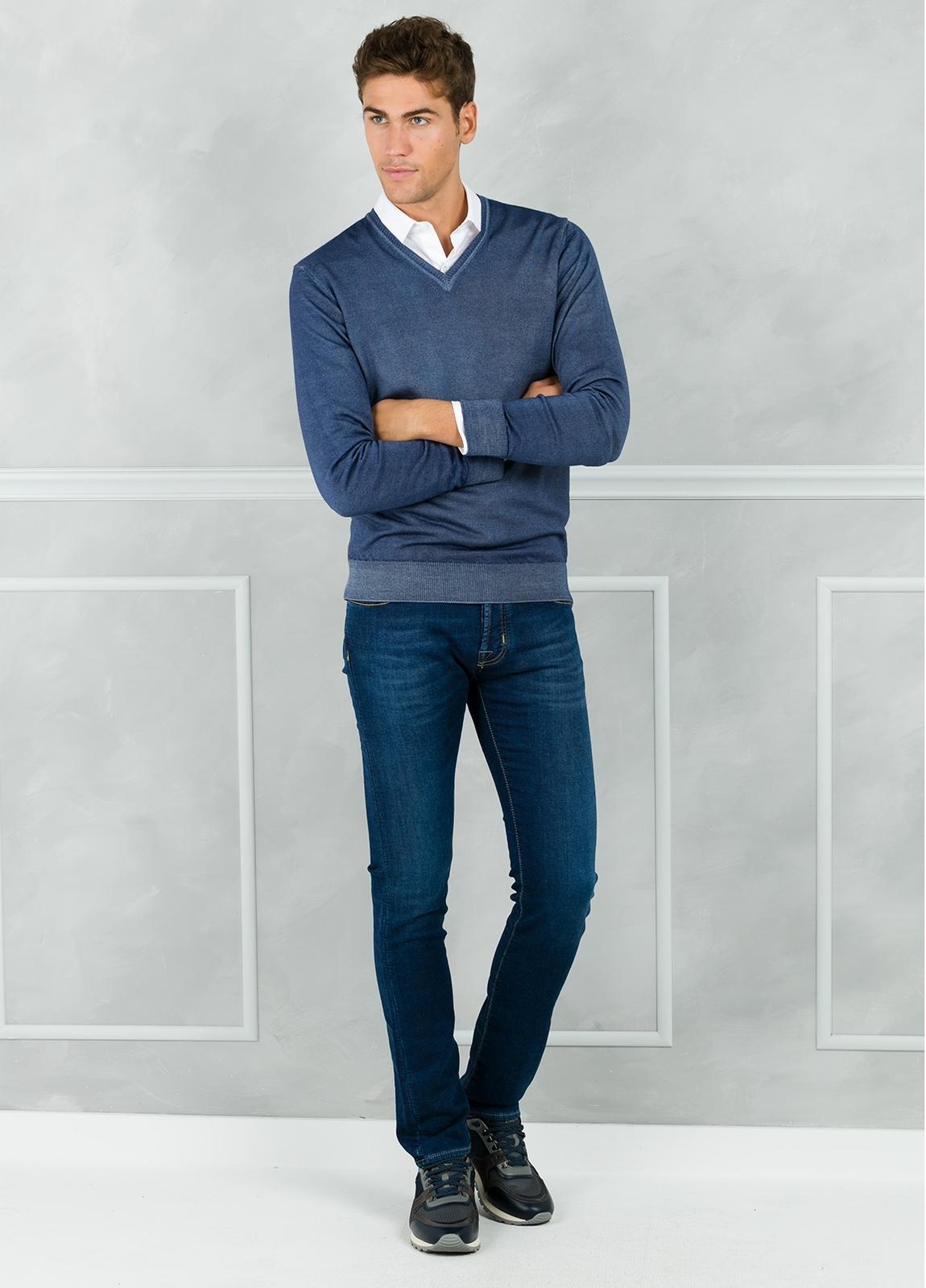 Jersey liso cuello pico, color azul lavado. 100% Lana merino. - Ítem1