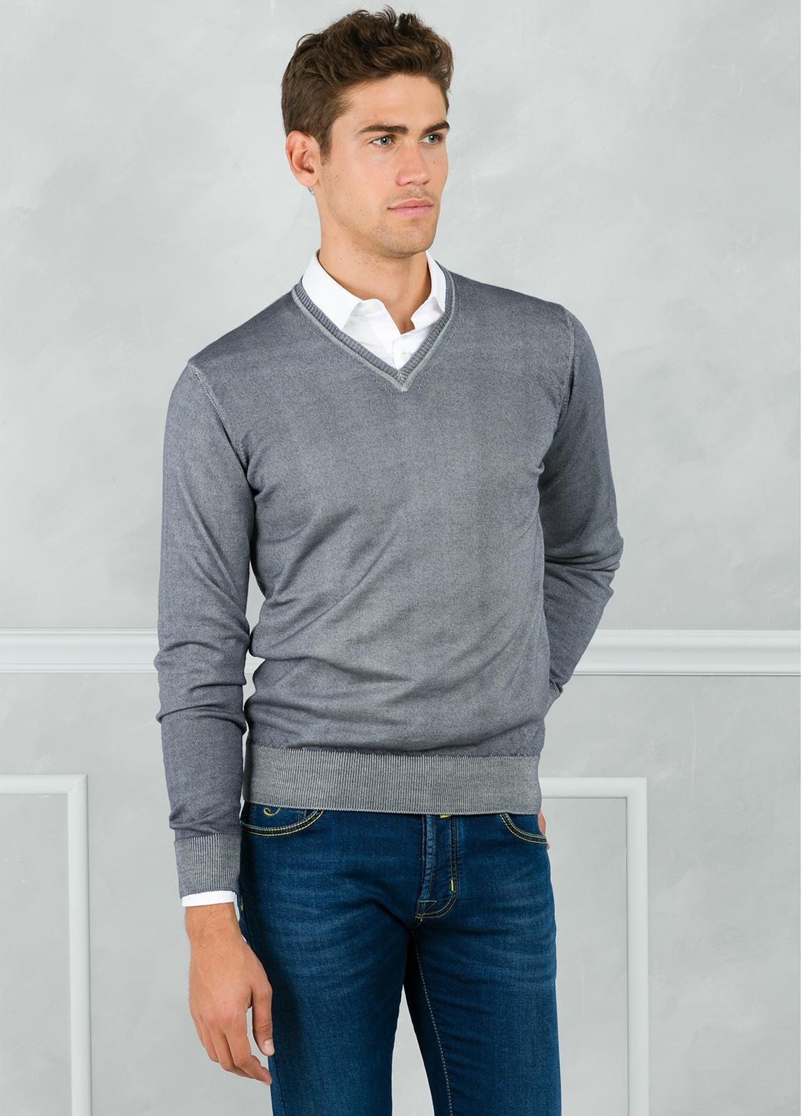 Jersey liso cuello pico, color gris. 100% Lana merino. - Ítem2